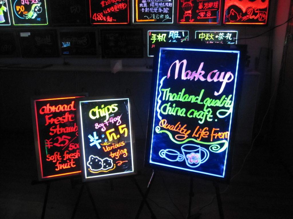 Làm bảng quảng cáo đèn LED kết hợp chữ nổi ấn tượng ảnh 3